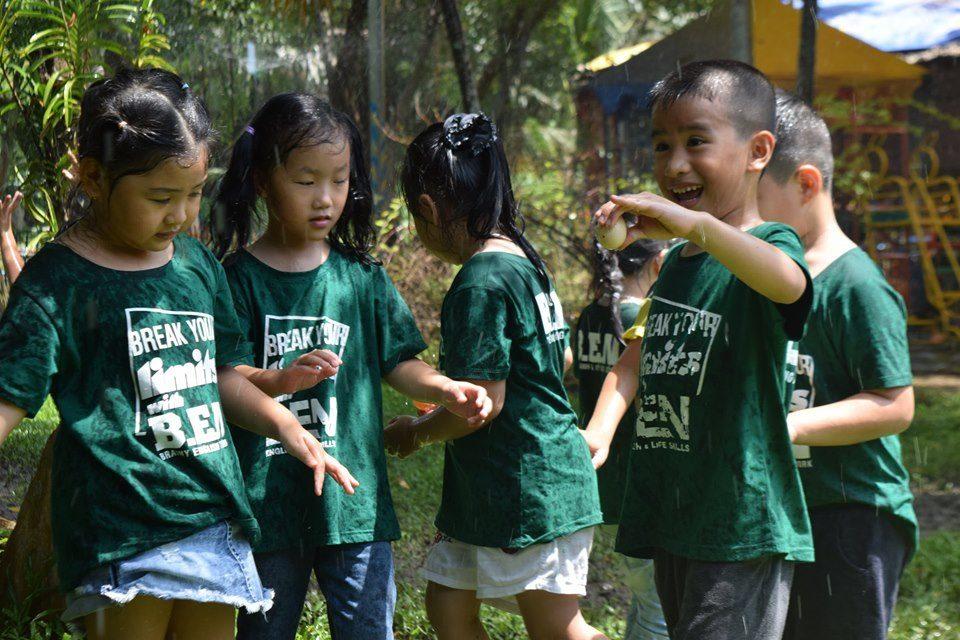 Bé chơi tại Nông Trại Ong Vàng